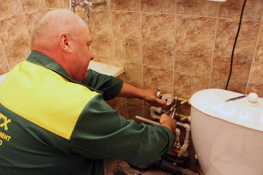 ДГХ производит установку индивидуальных счетчиков на воду