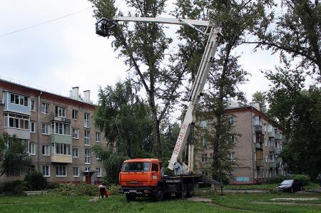 Коммунальщики проводят обрезку деревьев