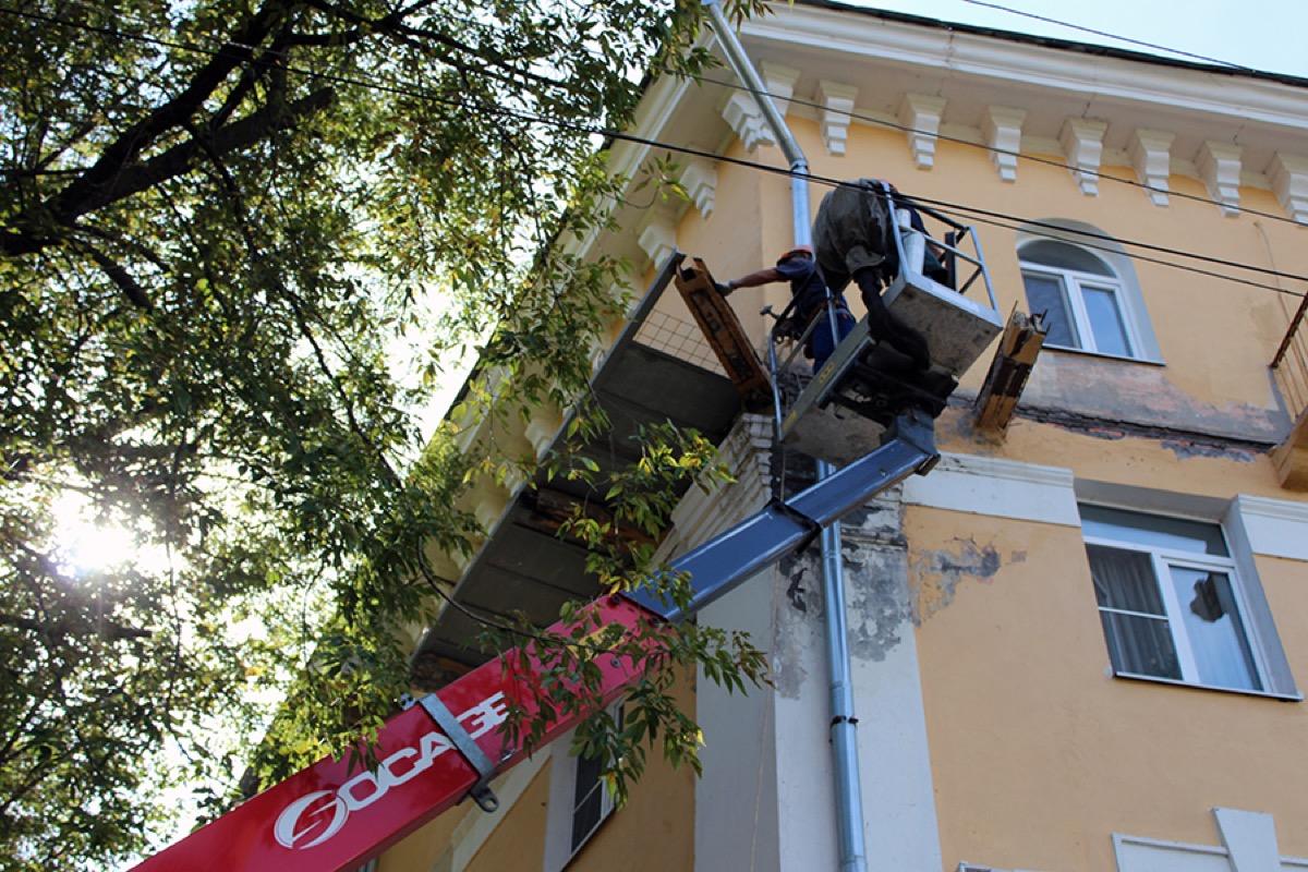 «Департамент городского хозяйства» ремонтирует балконы