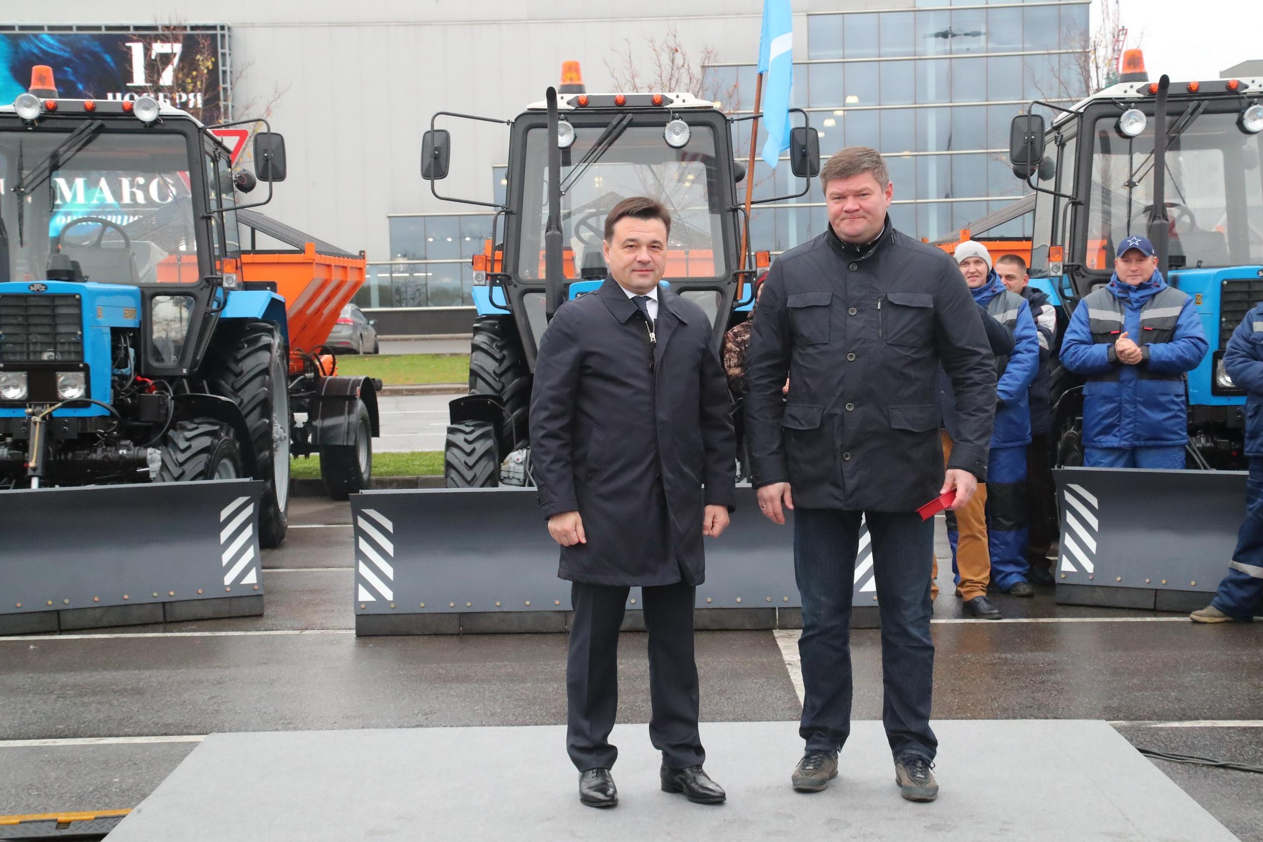 Губернатор Подмосковья вручил главе Коломенского округа ключи от новой коммунальной техники