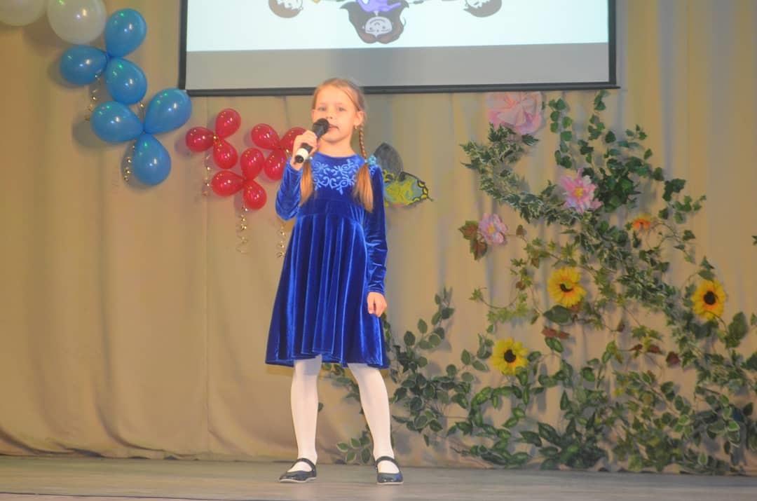 На праздничном концерте в поселке Радужном выступил казачий ансамбль
