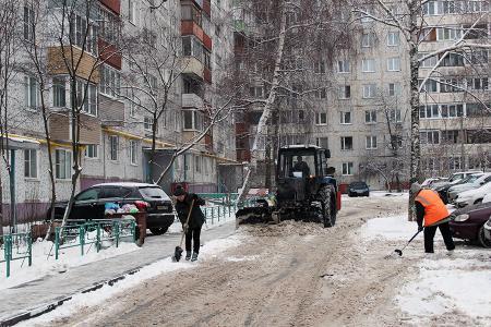 Коммунальщики наводят порядок во дворах и на внутриквартальных территориях