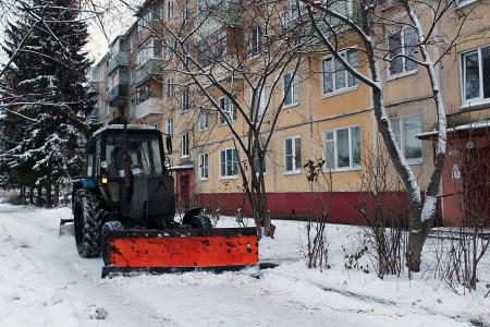 Мокрый снег осложняет уборку дворов