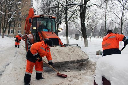 Коммунальщики очищают дворы от снега