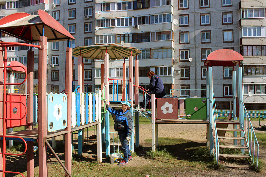 Детские и спортивные площадки приводят в порядок