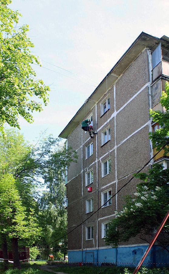 Новости Коломны   На ремонте межпанельных швов работают промышленные альпинисты Фото (Коломна)   iz zhizni kolomnyi