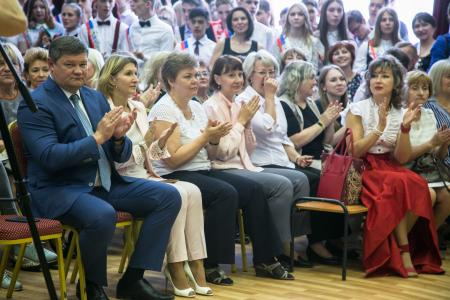 Глава Коломенского округа поздравил выпускников школы № 14