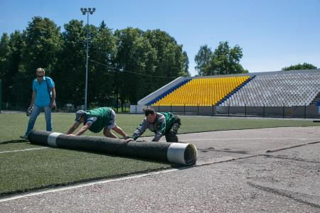 На стадионе «Труд» ремонтируют футбольное поле