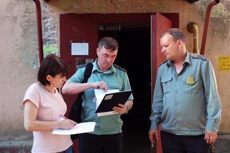 Коммунальщики с судебными приставами обходят квартиры должников за услуги ЖКХ