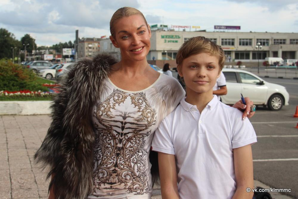 Новости Коломны   25 юных коломенцев получили первые паспорта из рук балерины Анастасии Волочковой Фото (Коломна)   iz zhizni kolomnyi