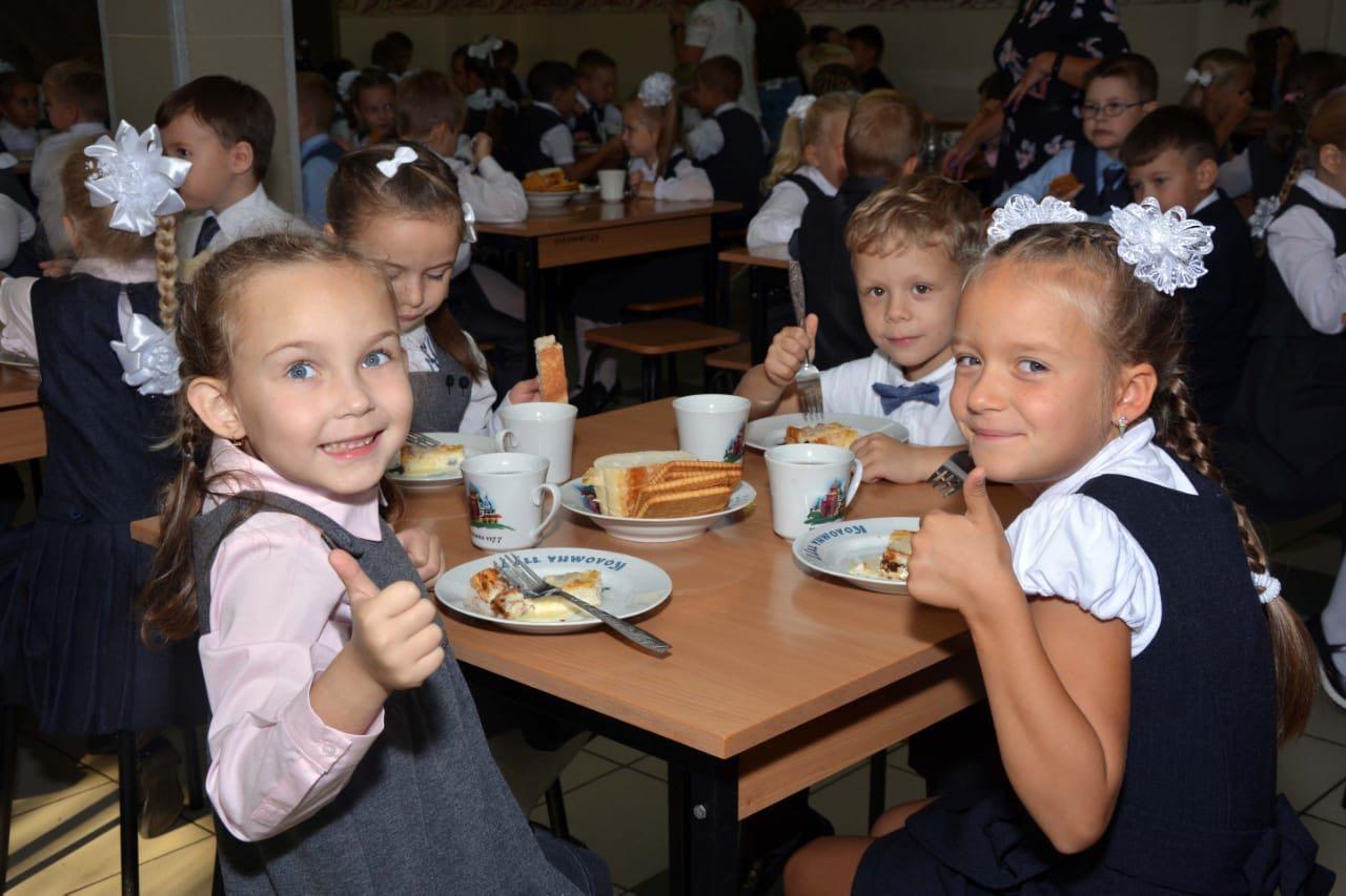 В шести коломенских школах появилась новая посуда с изображениями символов Коломны