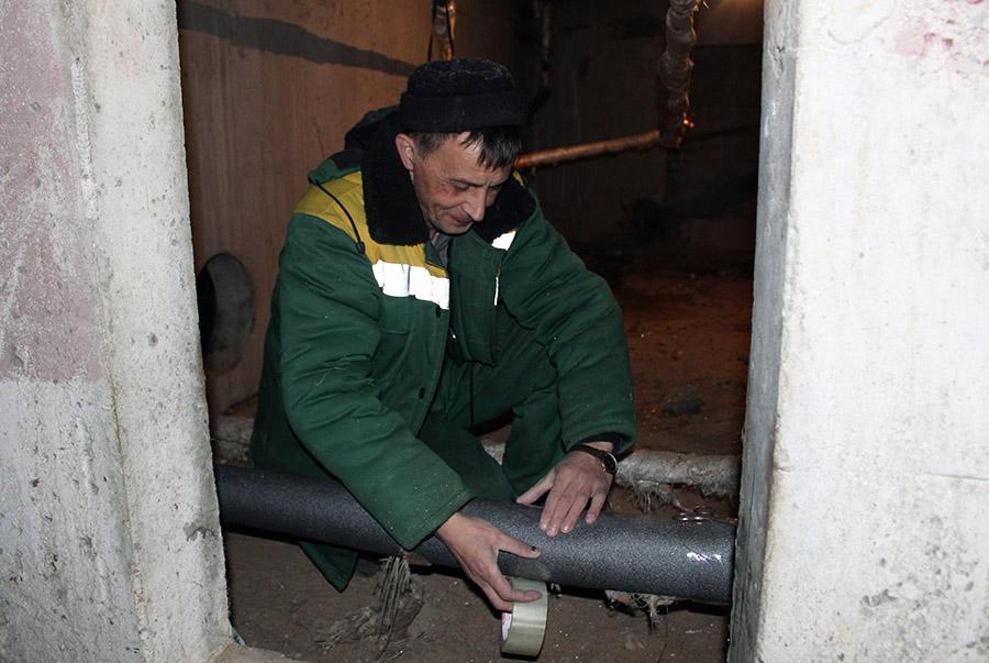 В доме на улице Сапожковых проведено утепление розлива центрального отопления и горячего водоснабжения