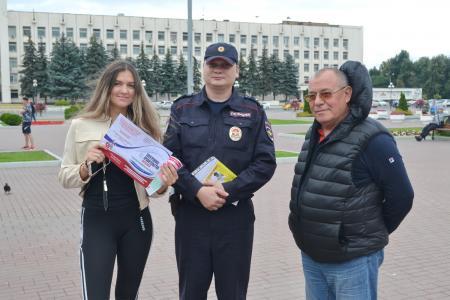 Сотрудники полиции и общественник УМВД России по Коломенскому городскому округу провели акцию «Госуслуги доступны всем»