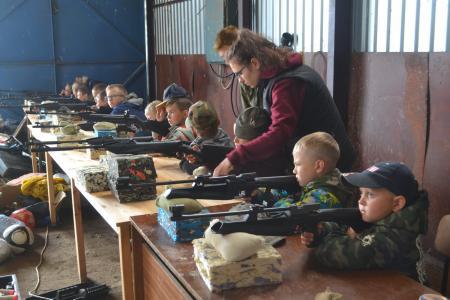 Курс стрелковой подготовки прошли воспитанники «Партизанского лагеря»