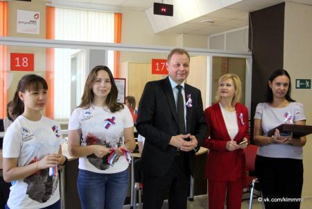 Волонтеры Коломны раздали ленты-триколоры посетителям МФЦ