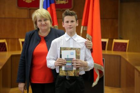 Школьники Коломны получили первые паспорта из рук замглавы округа