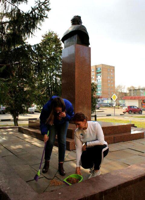 Новости Коломны   Коломенские волонтеры привели в порядок памятники Фото (Коломна)   iz zhizni kolomnyi