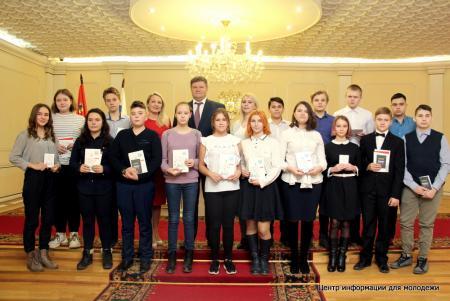 Глава округа Денис Лебедев вручил паспорта 14-летним коломенцам