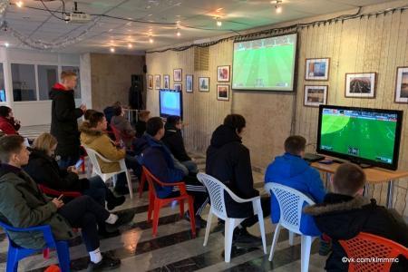 Любители виртуального футбола сразились на геймпадах