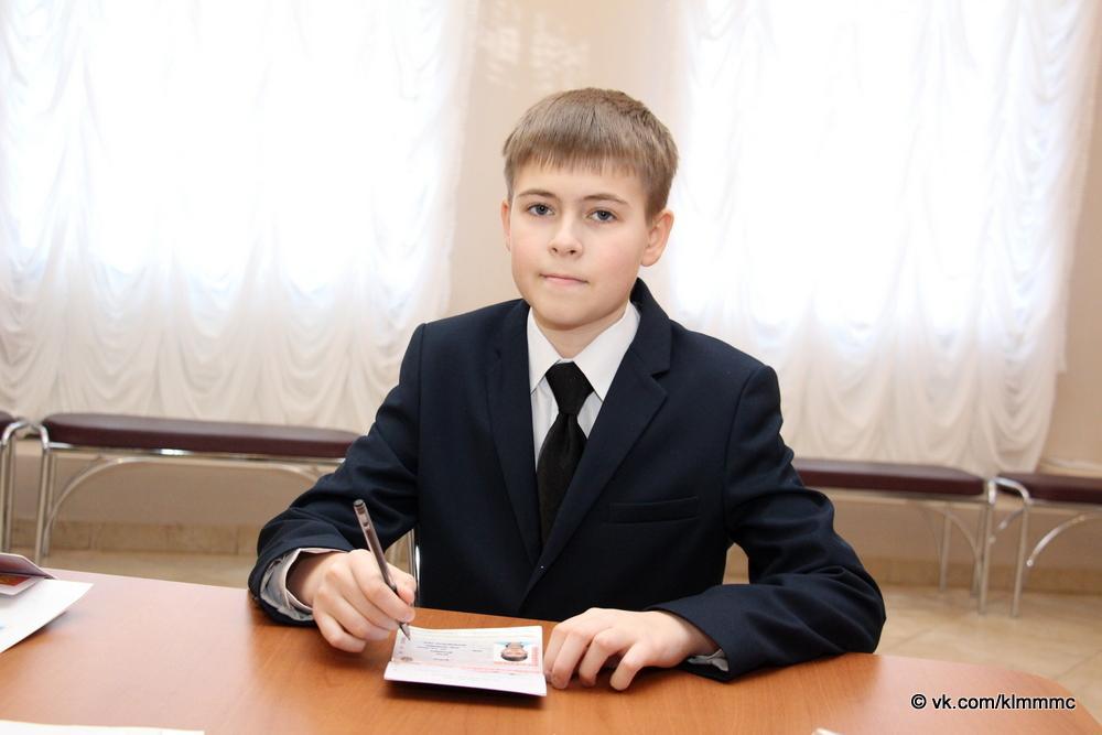 1580797200 img 0367 - Известный актер вручил паспорта пятерым юным коломенцам