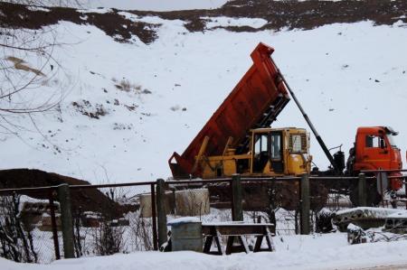 Грунт на отсыпку склонов на закрытом полигоне «Воловичи» завозят со стройплощадки новой школы