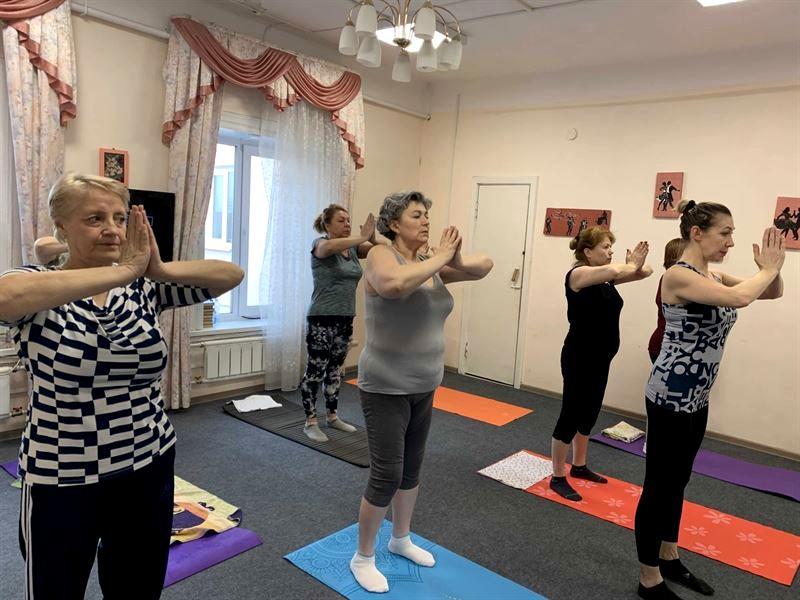 Новости Коломны   Коломенцы старшего поколения осваивают йогу Фото (Коломна)   iz zhizni kolomnyi