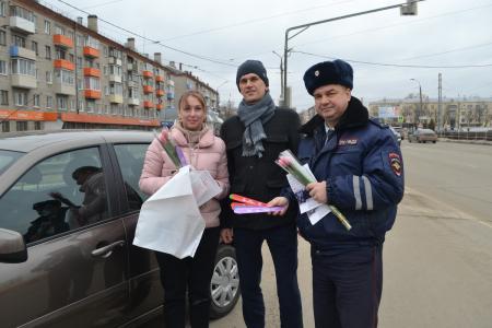 Коломенские полицейские провели акцию «Цветы для автоледи»