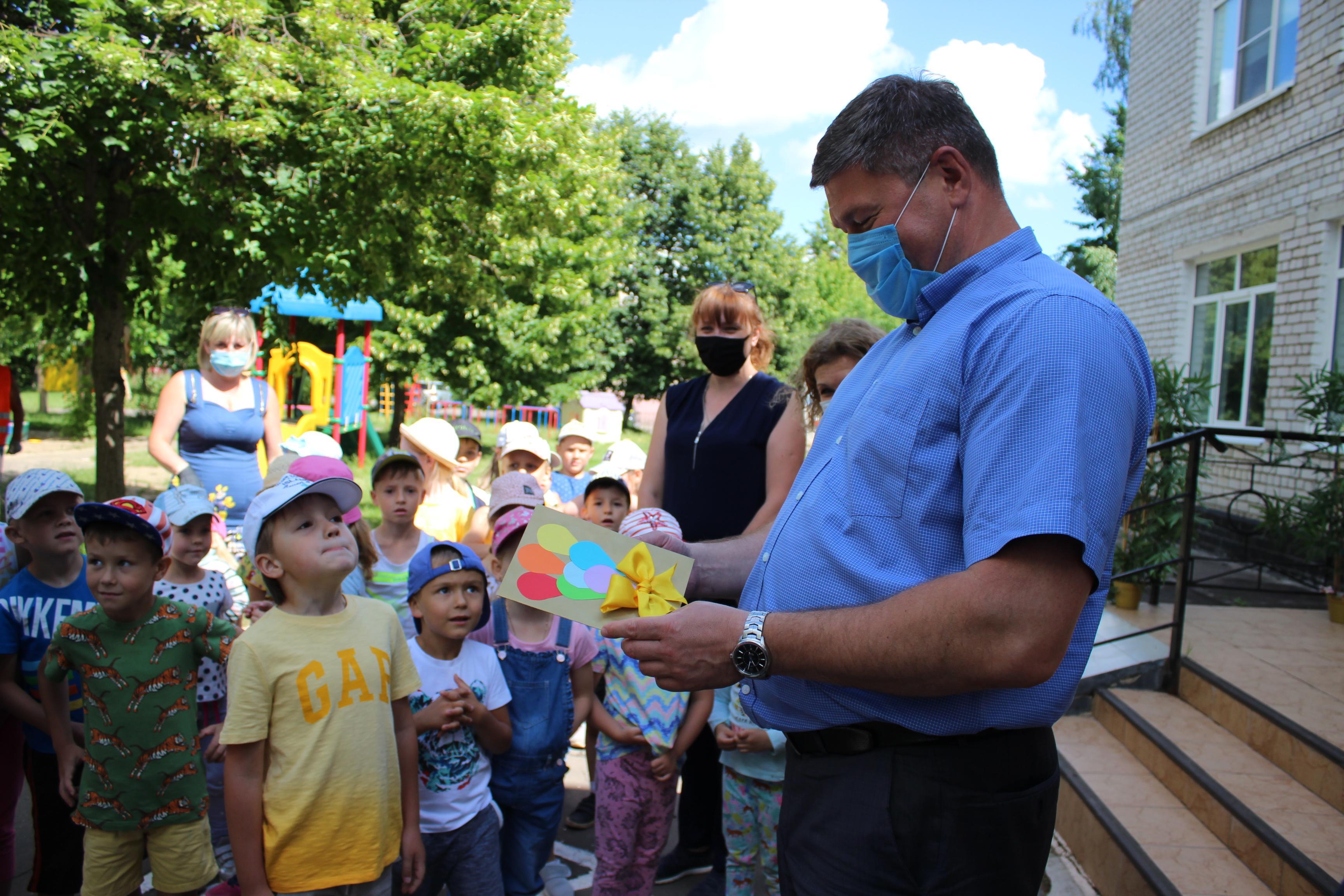 Денис Лебедев побывал в двух детсадах и угостил ребят мороженым