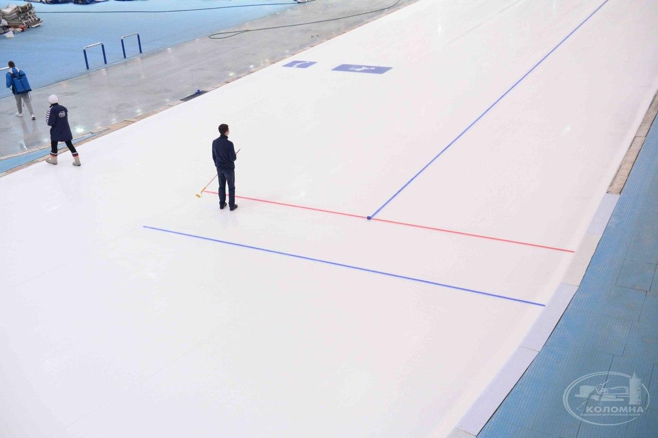 В конькобежном центре продолжают заливать ледовую арену