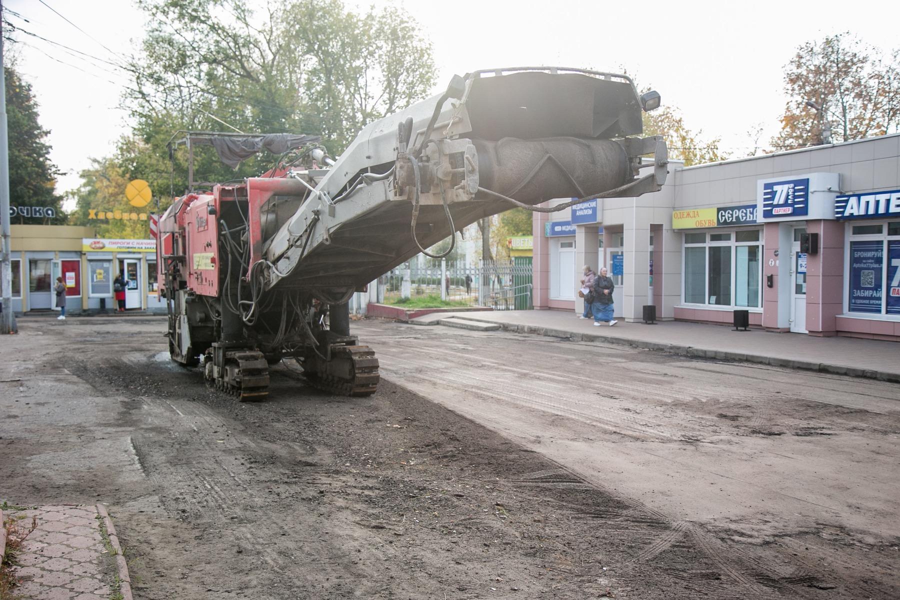 У Коломенской ЦРБ продолжается ремонт дороги