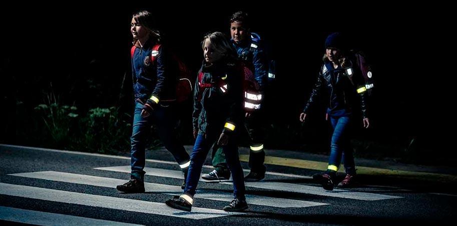 Одежда со светоотражающими элементами сохранит жизнь пешеходам на темной дороге
