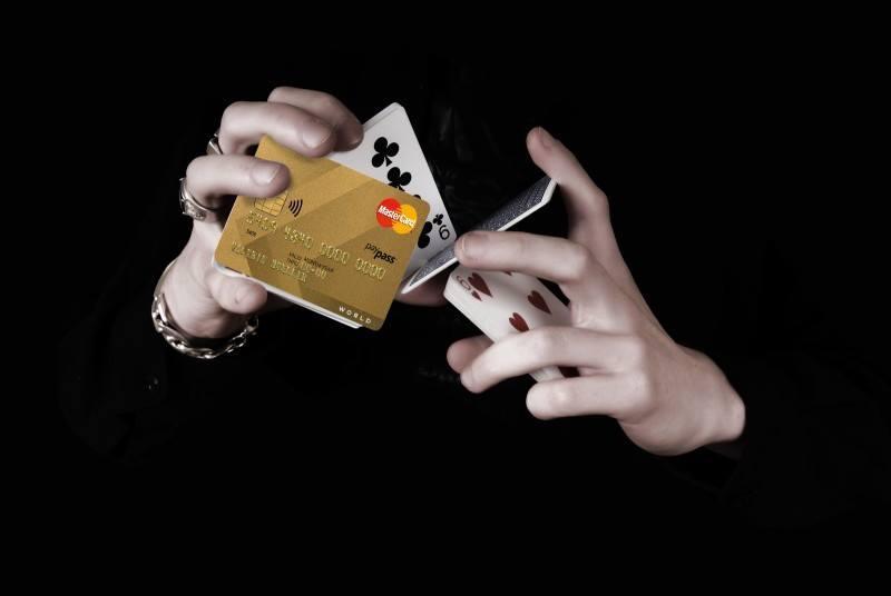 Разъяснения ПФР: пользоваться банковской картой умершего пенсионера противозаконно