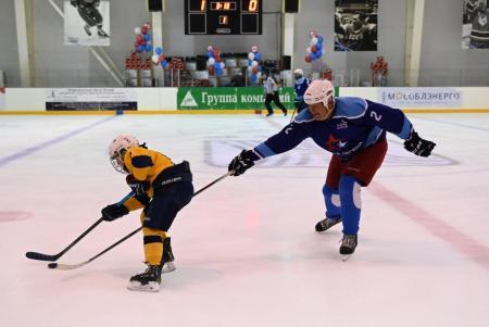 Денис Лебедев сыграл с начинающими спортсменами в хоккей