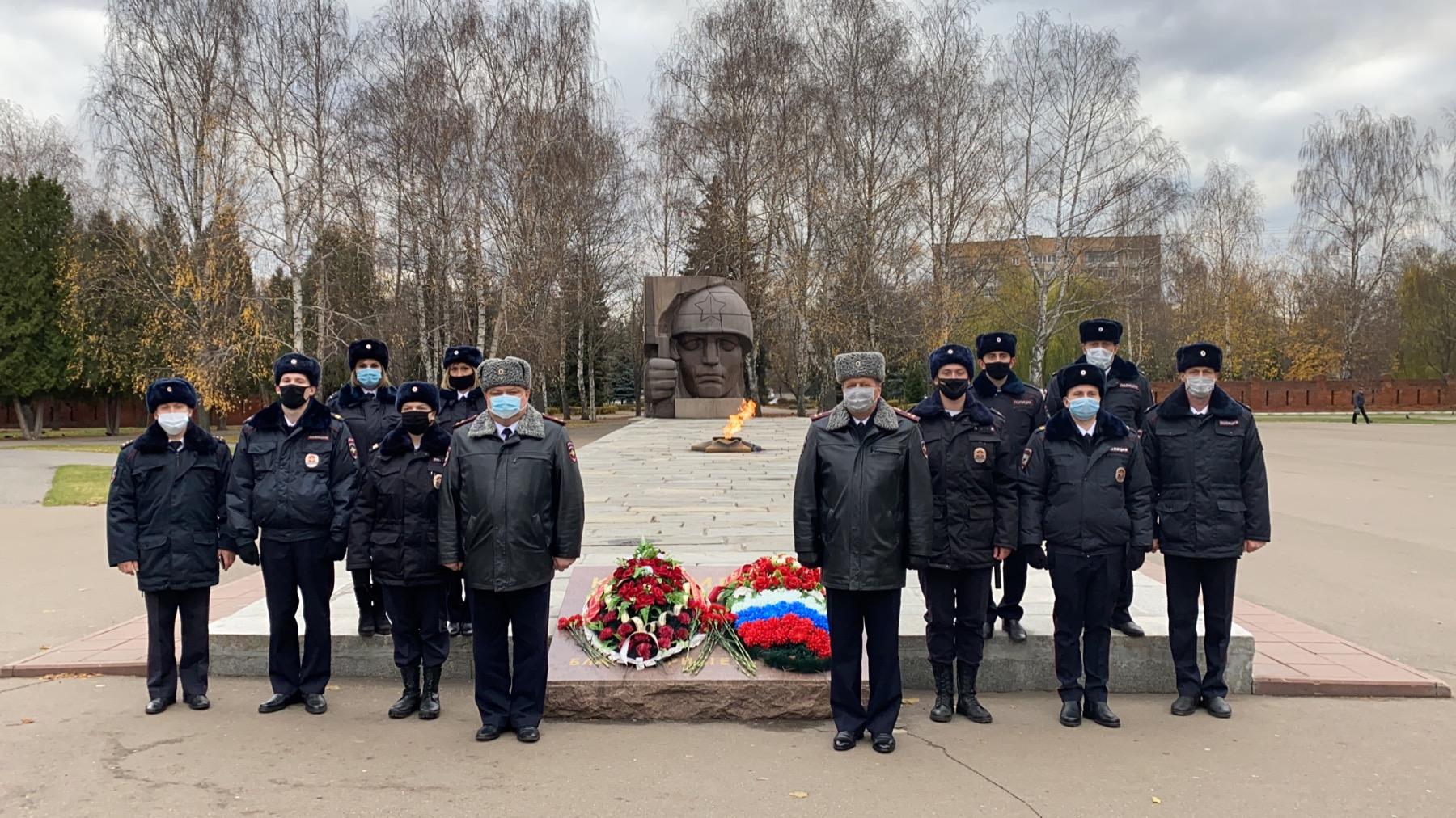 Сотрудники полиции возложили цветы к Вечному огню