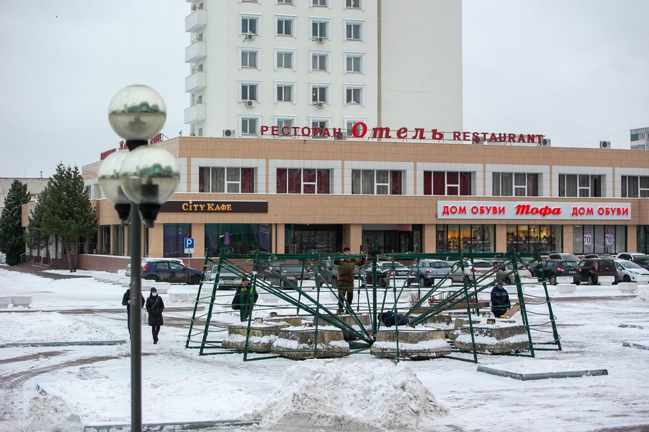 Главную елку округа возводят на площади Советской специалисты МБУ «Коломенское благоустройство»