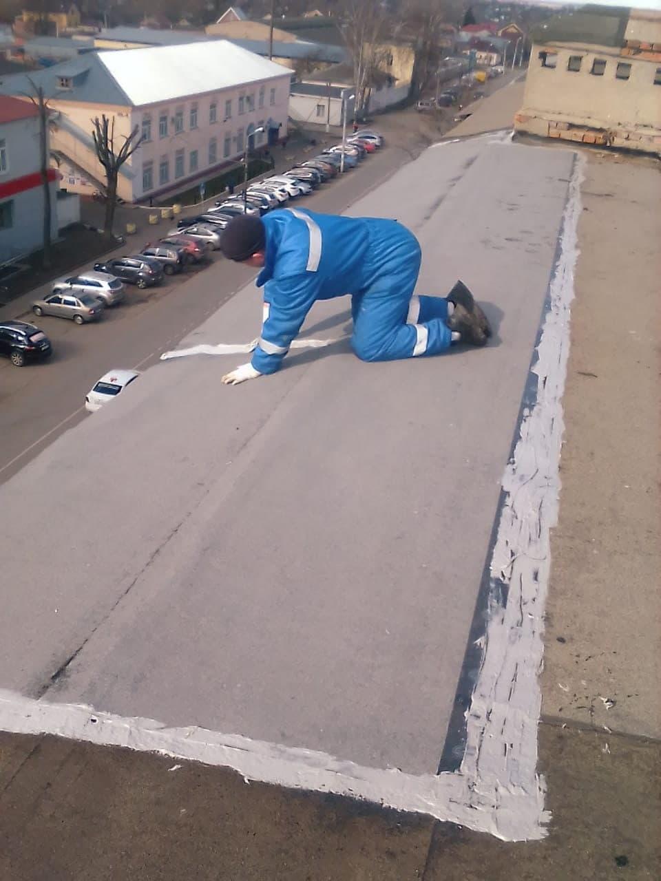 Специалисты Департамента городского хозяйства провели ремонт свесов крыш многоэтажных домов