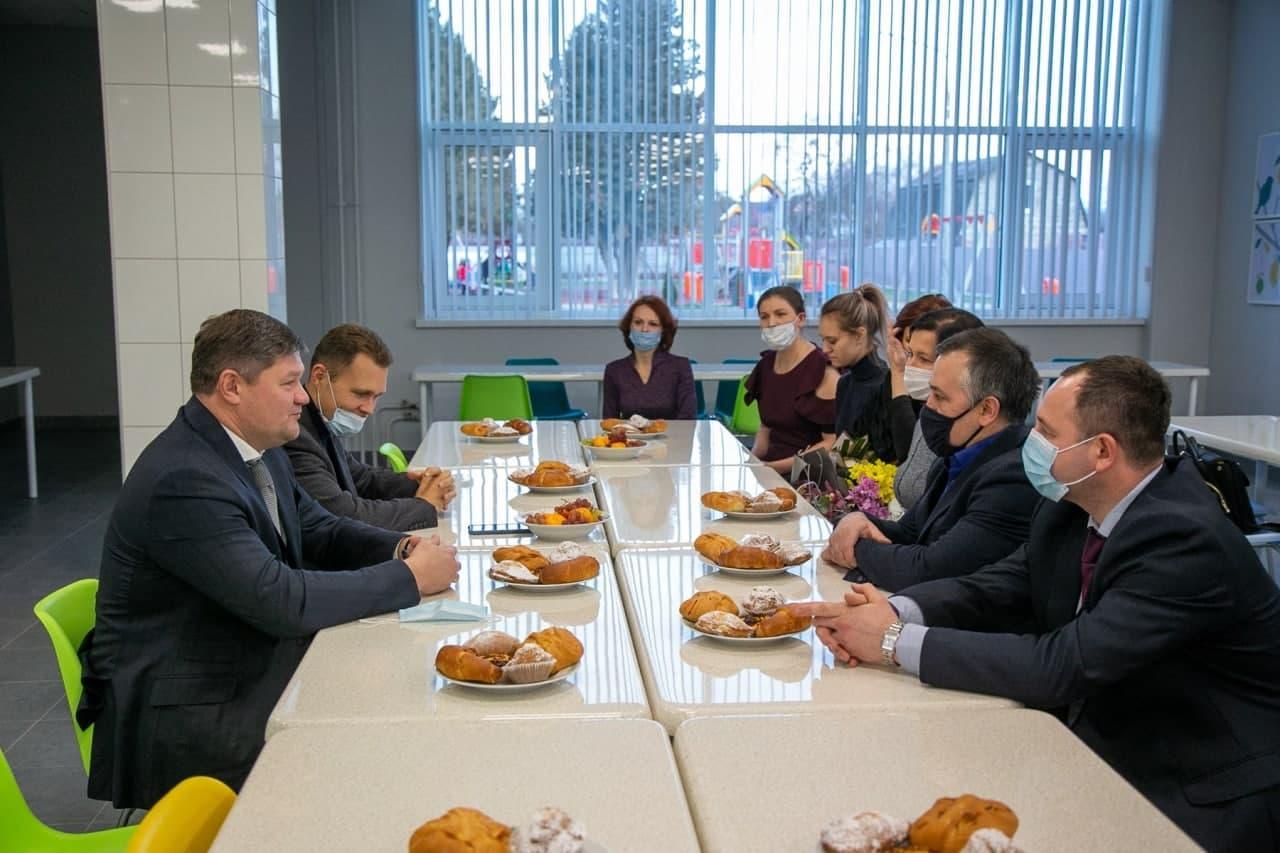 Зампред Мособлдумы и глава округа встретились с родителями и педагогами Песковской школы