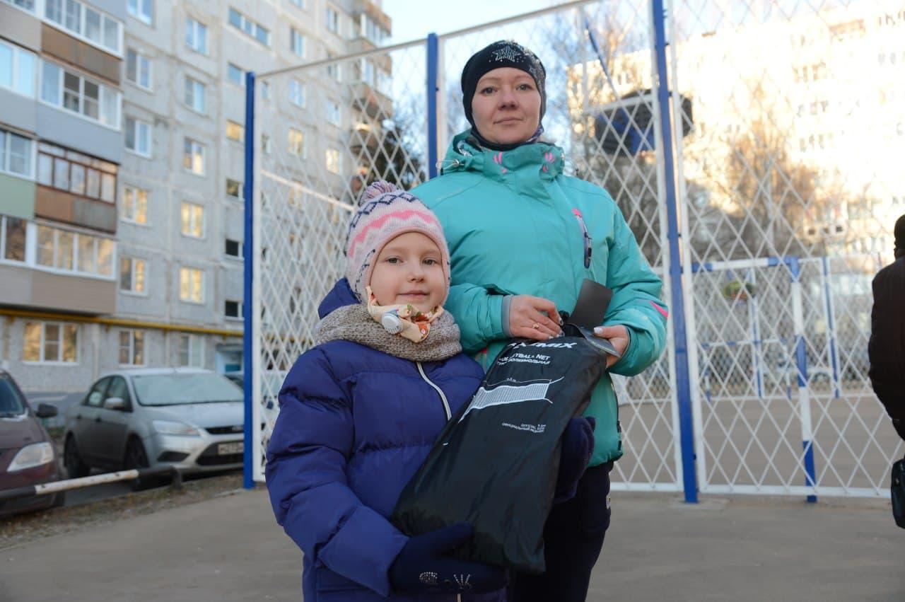 Генеральный директор ООО «ДГХ» подарил жителям дома № 26 по улице Весенней волейбольную сетку