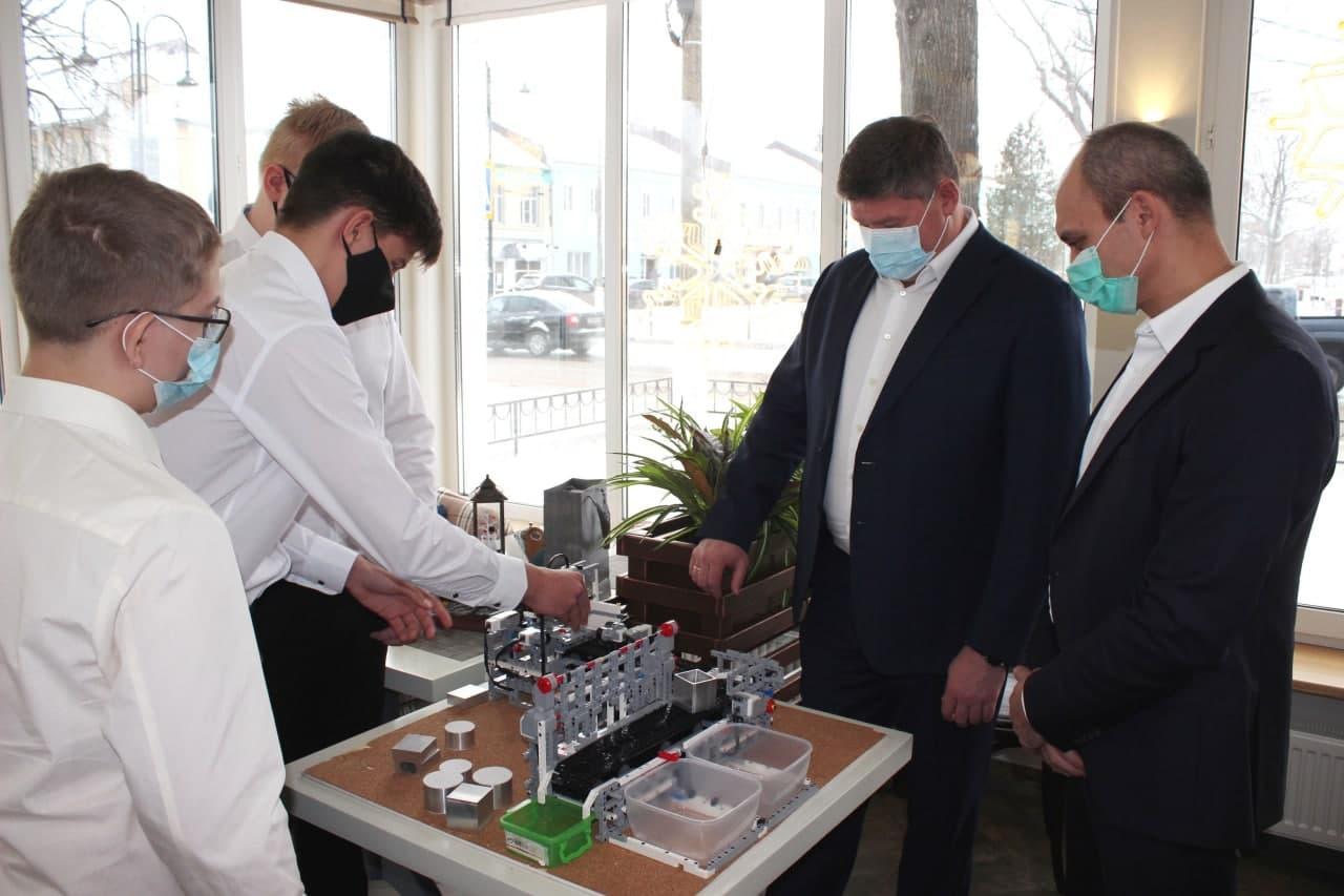 Коломенские школьники получили подарки от губернатора за победу в конкурсе робототехники