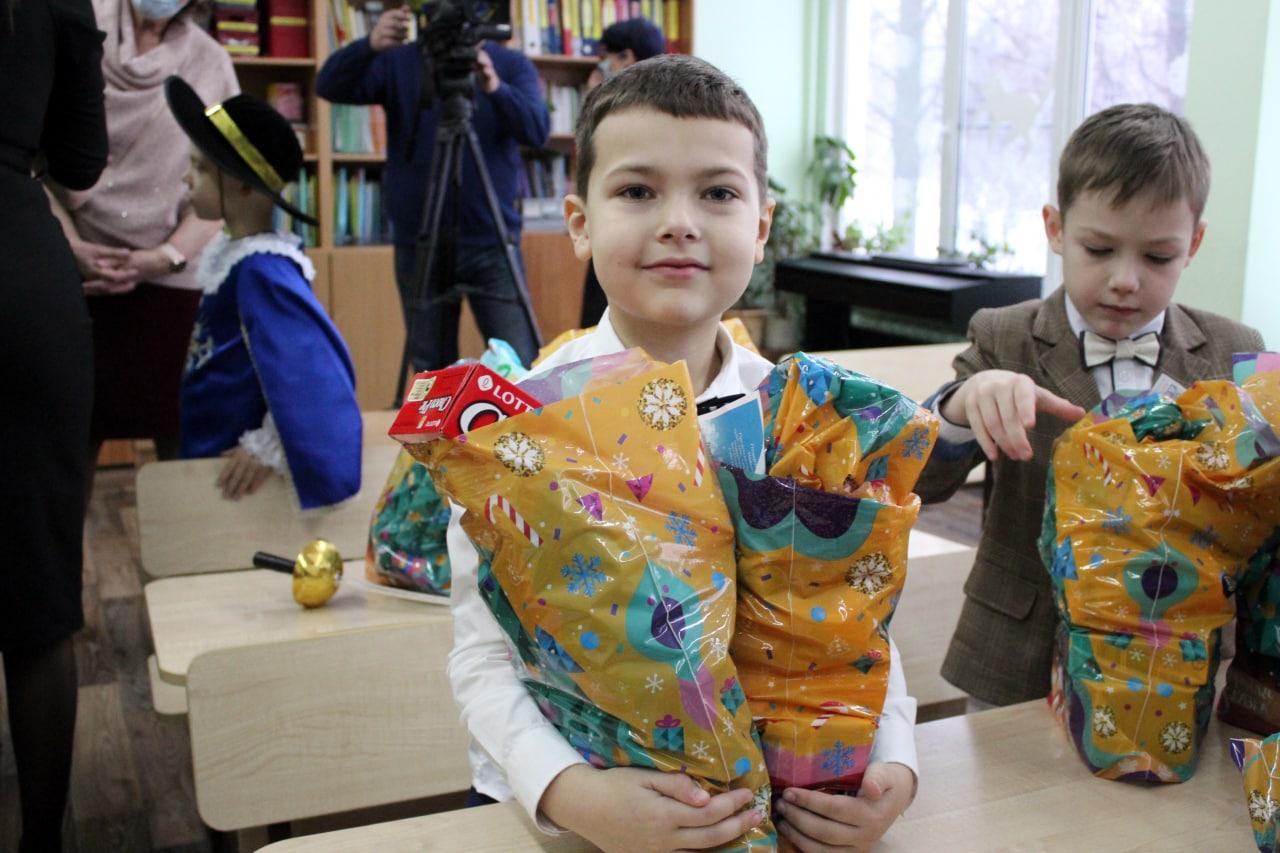 Ученики начальных классов в Коломне получили новогодние подарки от главы