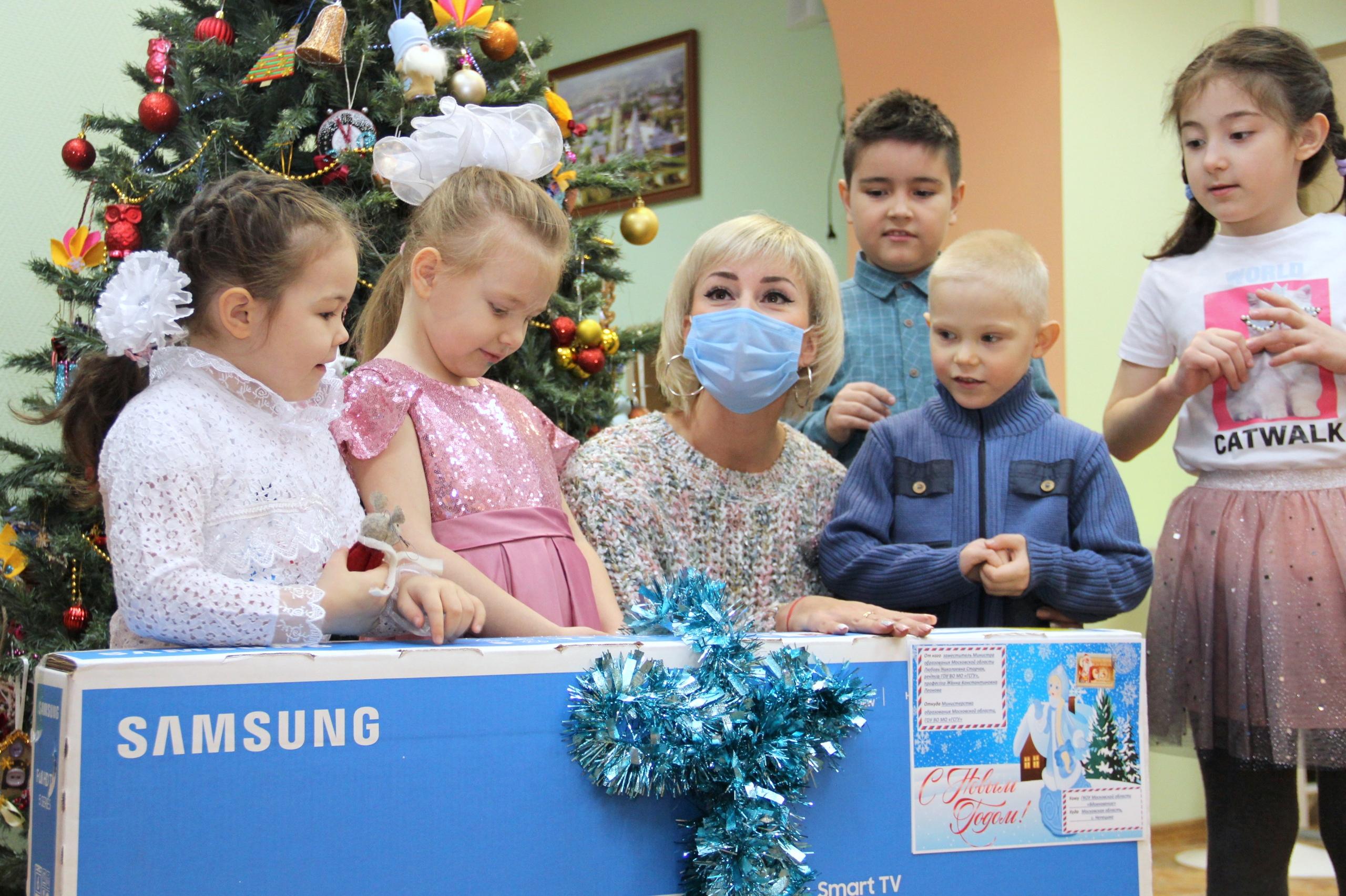 Сотрудники коломенского вуза передали детскому дому новогодние подарки