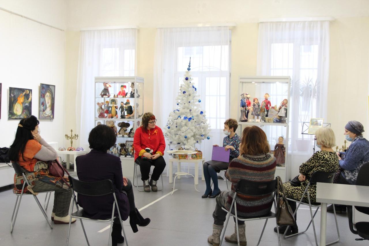 В «Доме Озерова» провели встречу с автором выставки «Я играю!»