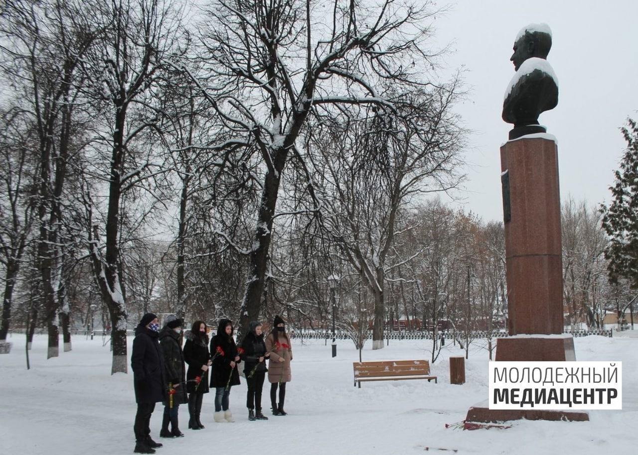 Сотрудники МЦ «Выбор» почтили память Дважды Героя Советского Союза В.А. Зайцева