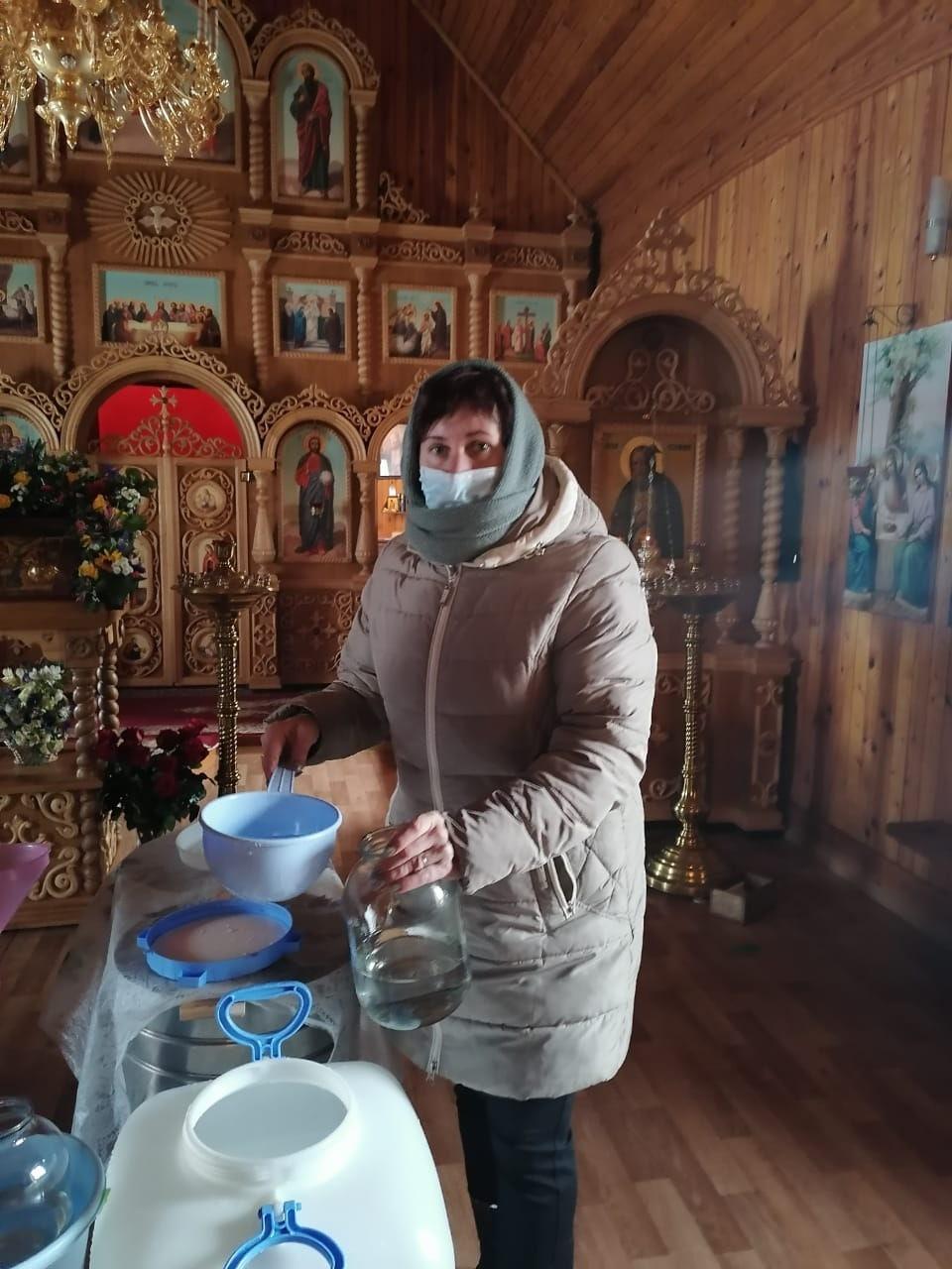 Коломенские соцработники доставили своим подопечным освященную воду