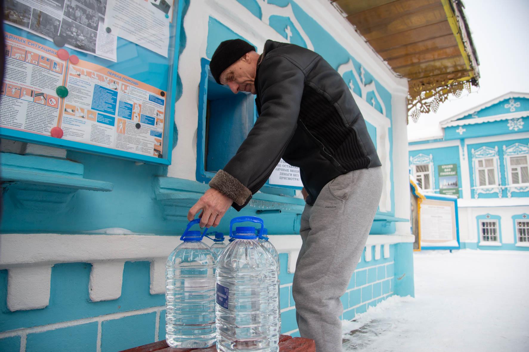 По традиции в коломенских храмах организовали разливание освящённой воды