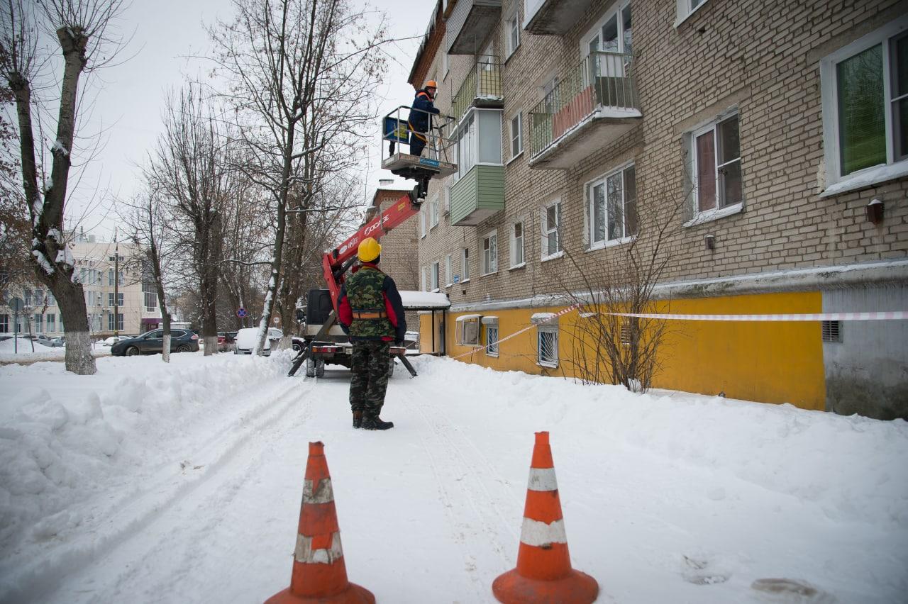 Коммунальные службы просят не игнорировать предупреждения о возможных сходах с крыш наледи и снега