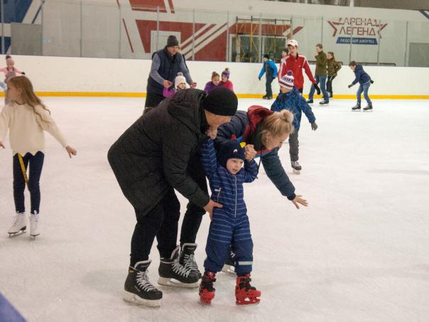 Ледовый дворец «Арена Легенд» в Озёрах приглашает жителей и гостей на сеансы массового катания