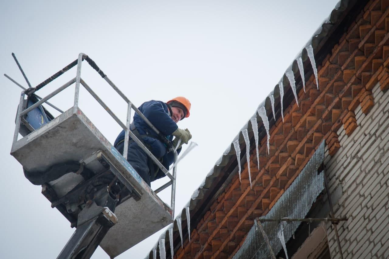 Проблемы массового схода снега с крыш и образования наледи на карнизах домов систематизировано решают в ООО «ДГХ»