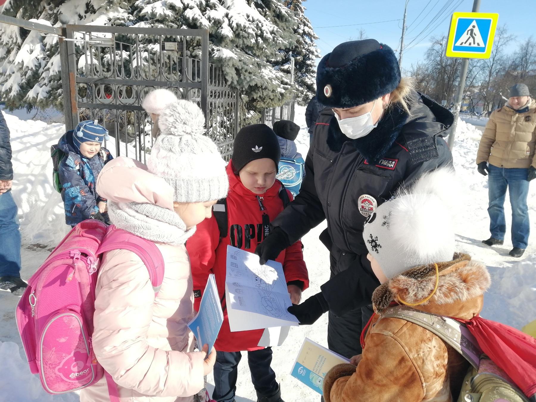 На улице Ленина в Озёрах вместе с автоинспекторами вышел родительский патруль