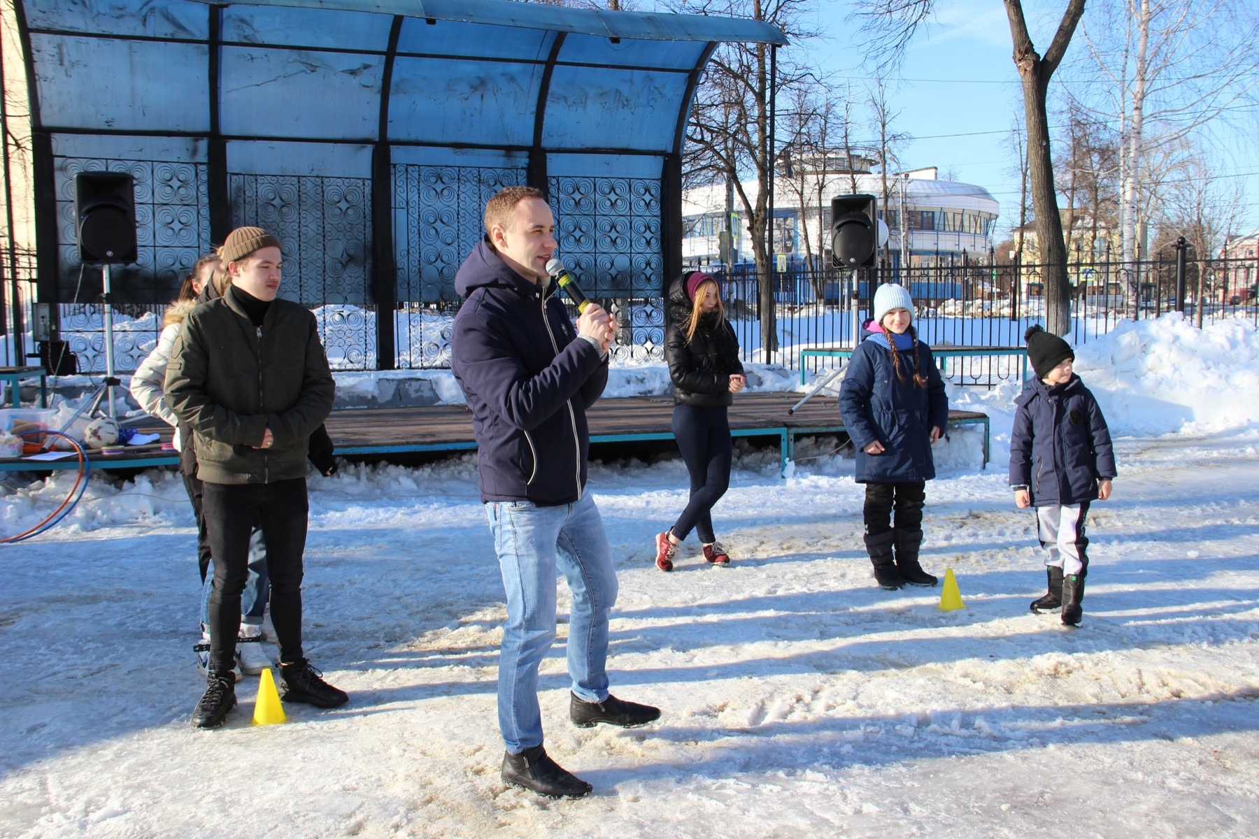 «Курс молодого бойца» прошли девчонки и мальчишки сегодня в саду Дворца культуры в Озёрах